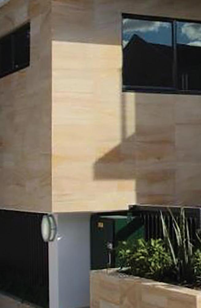 Kamnita zidna fasada, svetlo moderne barve.