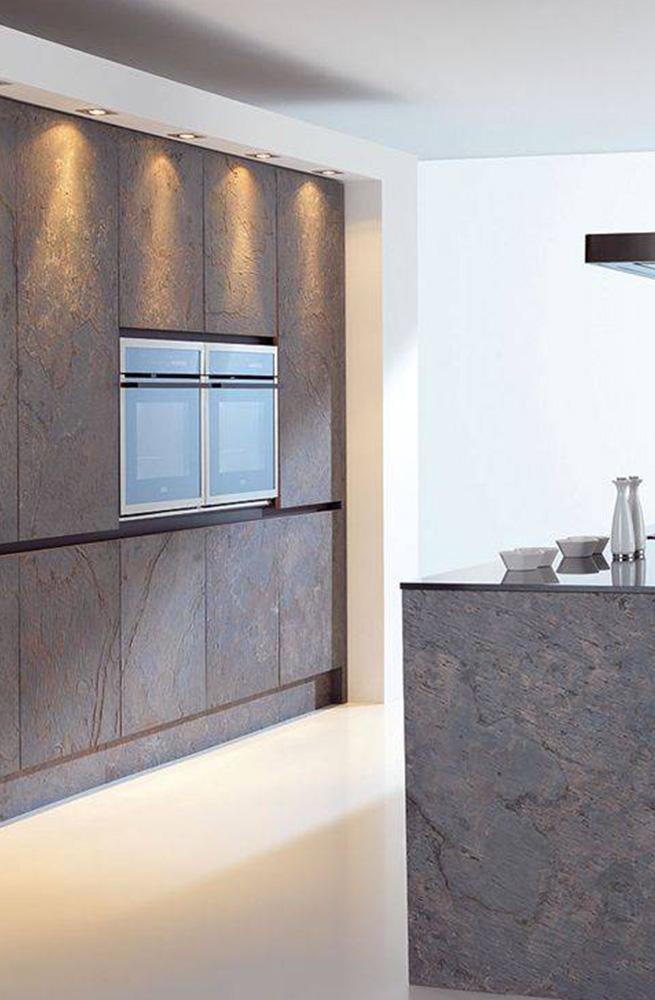 Moderna kuhinja iz naravnega kamna temne barve.