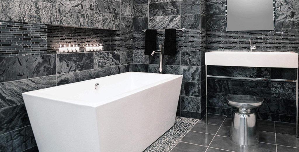 Elegantni izgled kopalnice, opremljena z naravnim kamnom sive barve.