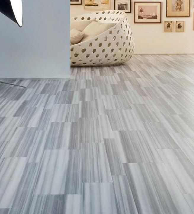 Svetlo sivi notranji marmornati tlaki, v elegantnem slogu.