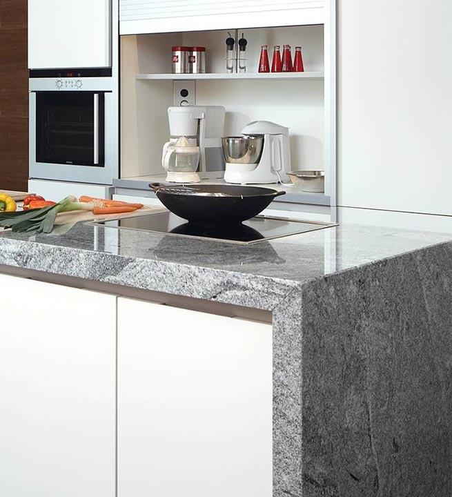 Kamniti kuhinjski pult sive barve iz naravnega kamna.