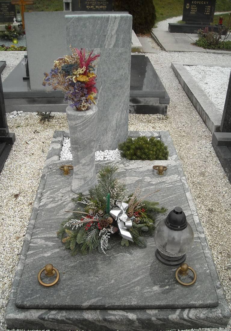 Spomenik-granit-5-768x1096