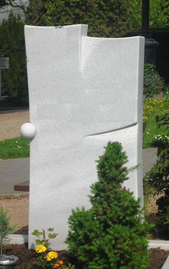 Bel spomenik iz kamna Marmor-apnenec