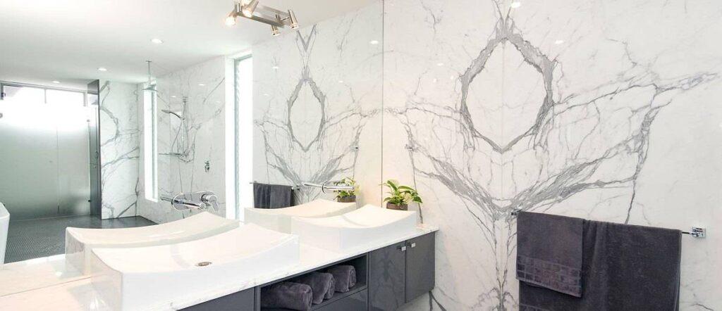 Beli kamniti umivalnik za kopalnico