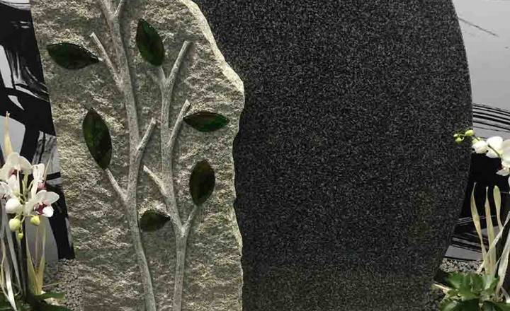 Blizu- dvobarvni nagrobni spomenik iz Granita