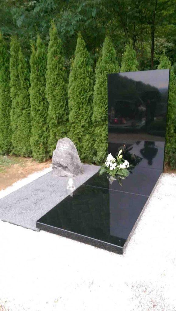 Dvodelni svetli nagrobni spomenik