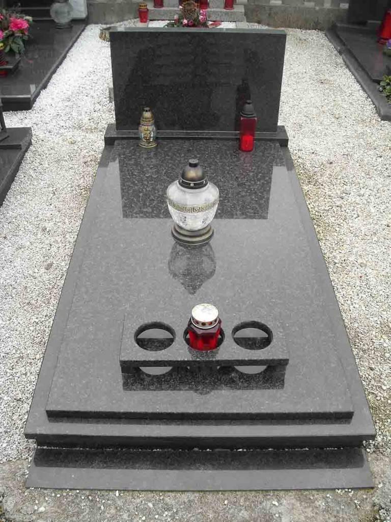 Enostaven granitni nagrobni spomenik