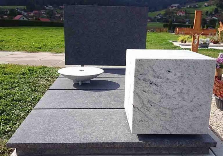 Granitni spomenik s kocko in vazo