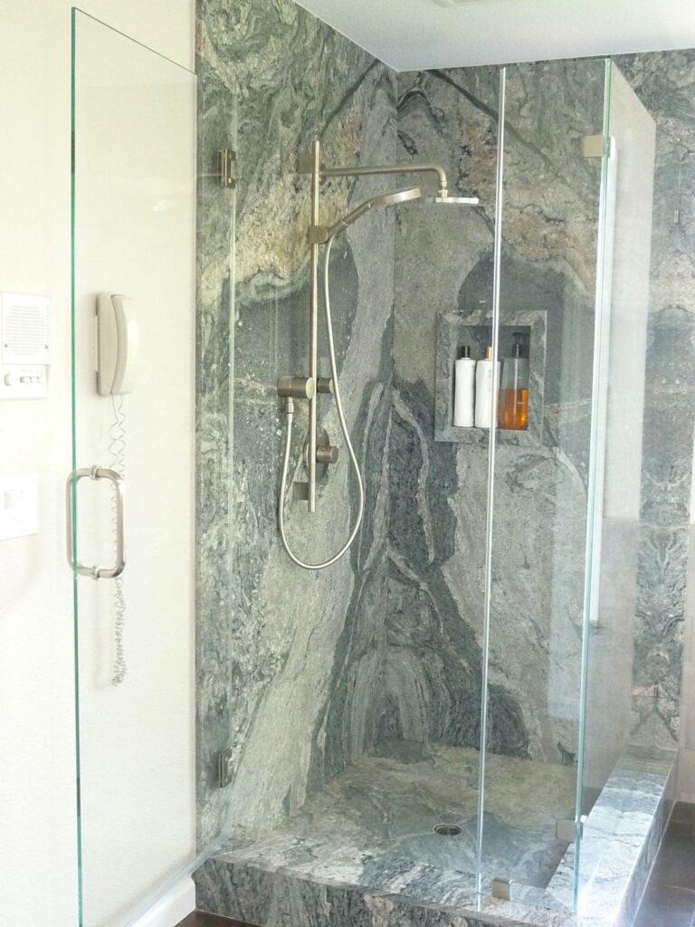 Kamnita tuš kabina iz Granita