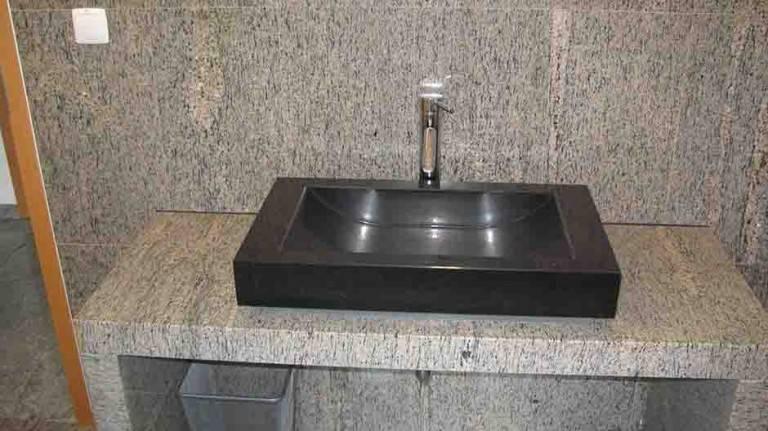 Kopalniški pult in črn umivalnik iz Granita
