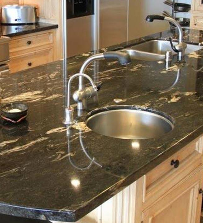 Kuhinjski pult iz granita v črni barvi.