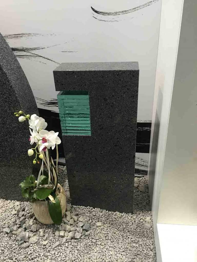 Moden spomenik Granit s steklom