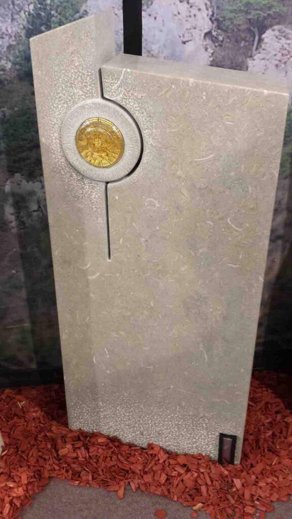 Moderen kamen spomenik Marmor-Apnenec