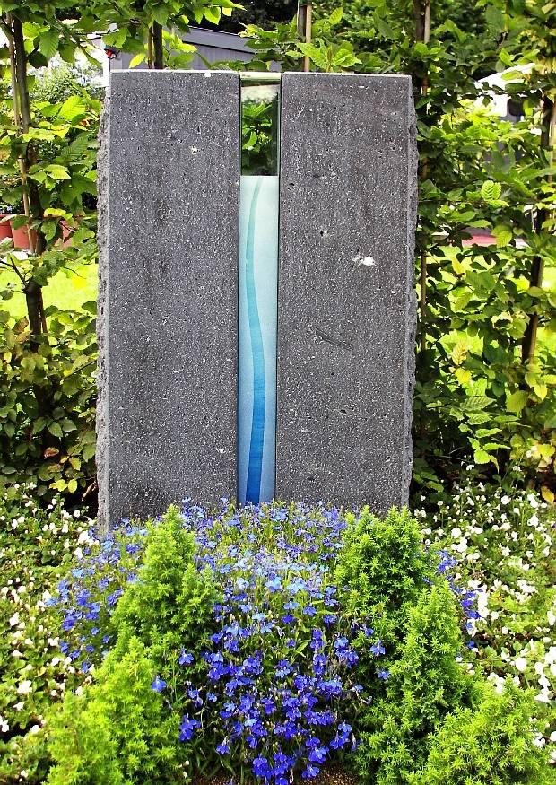 Nagrobni spomenik iz Granita s steklom