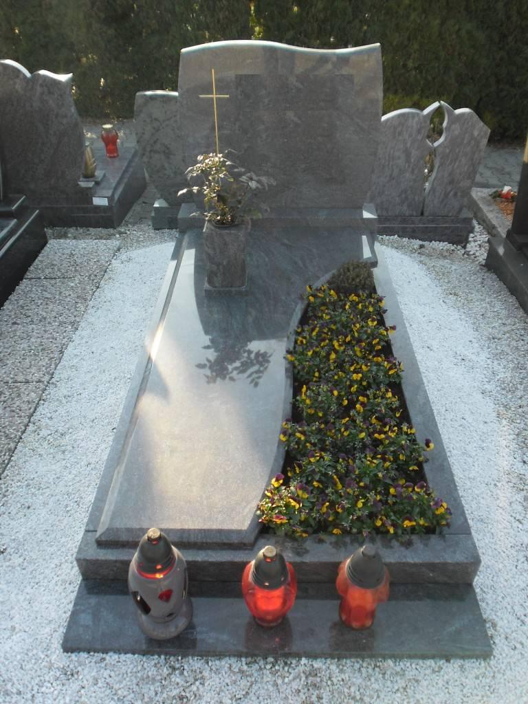 Ozek nagrobni spomenik iz Granita