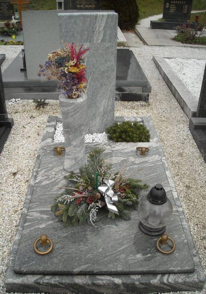 Spomenik Granit z visoko vazo