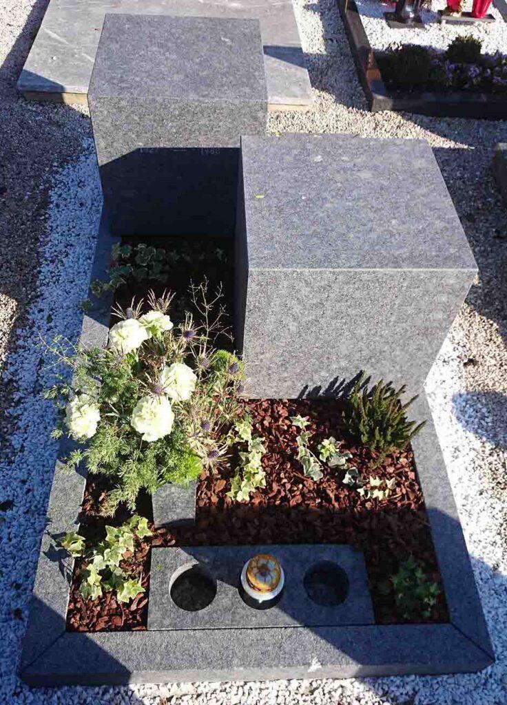 Spomenik sestavljen iz dveh granitnih kock