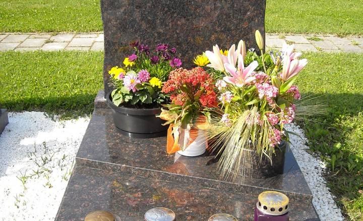 Spomenik z cvetličnim koritom