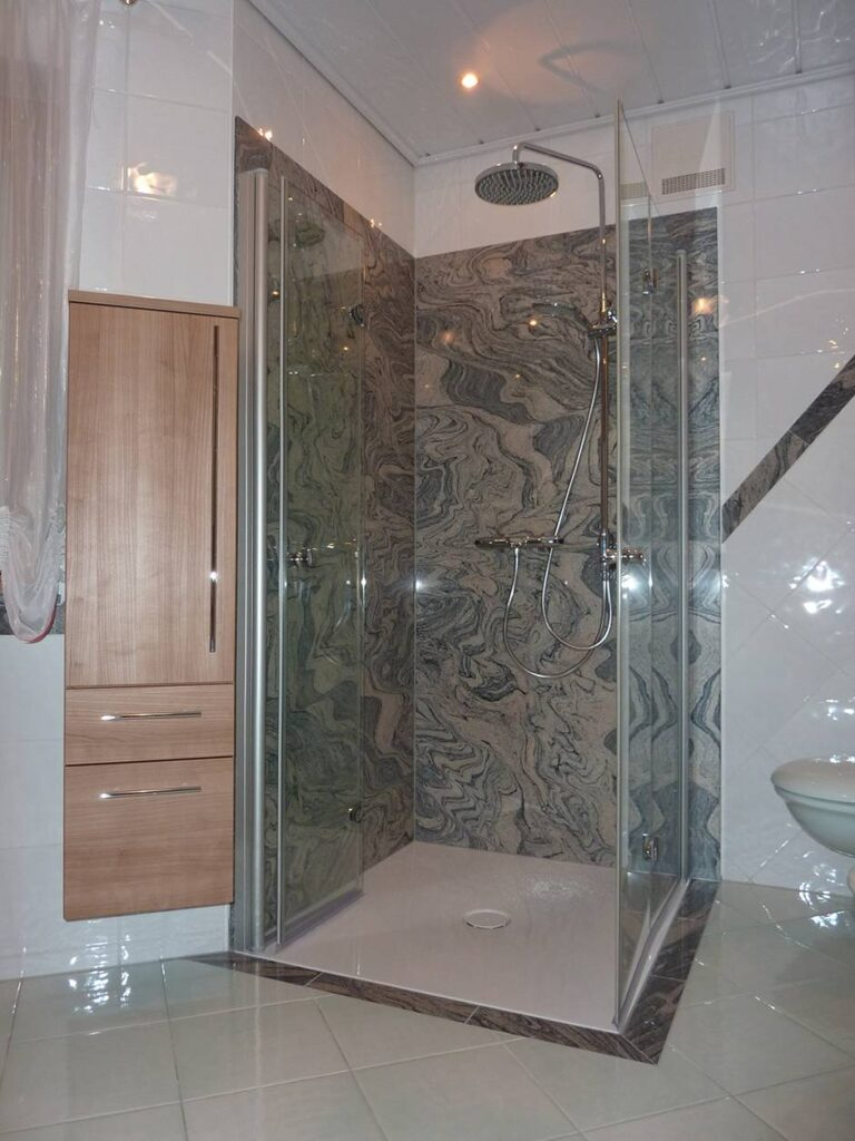 Stenska obloga v tuš kabini Granit Juparana