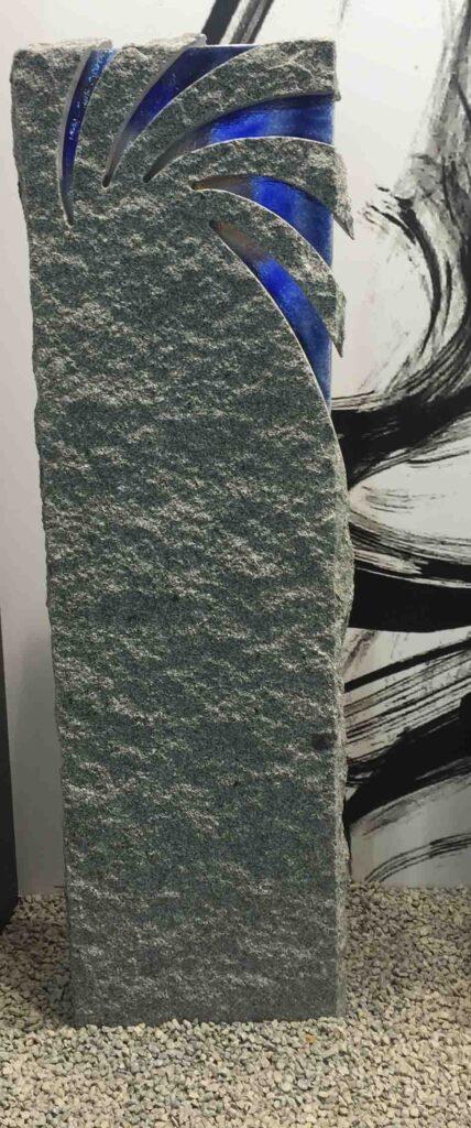 Visok nagrobni spomenik iz Granita s steklom